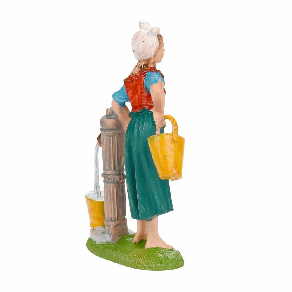 Donna accanto ad una Fontana Fontanini cm 10